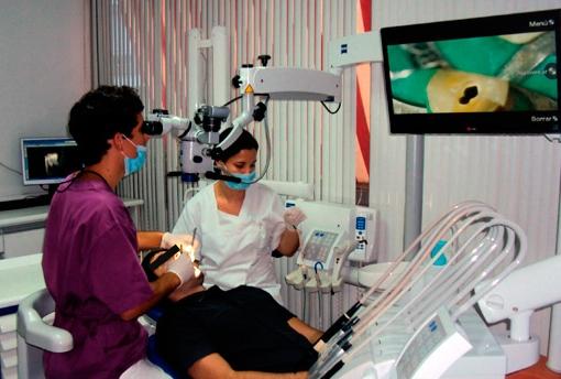 Dos de nuestros especialistas en acción con un paciente.
